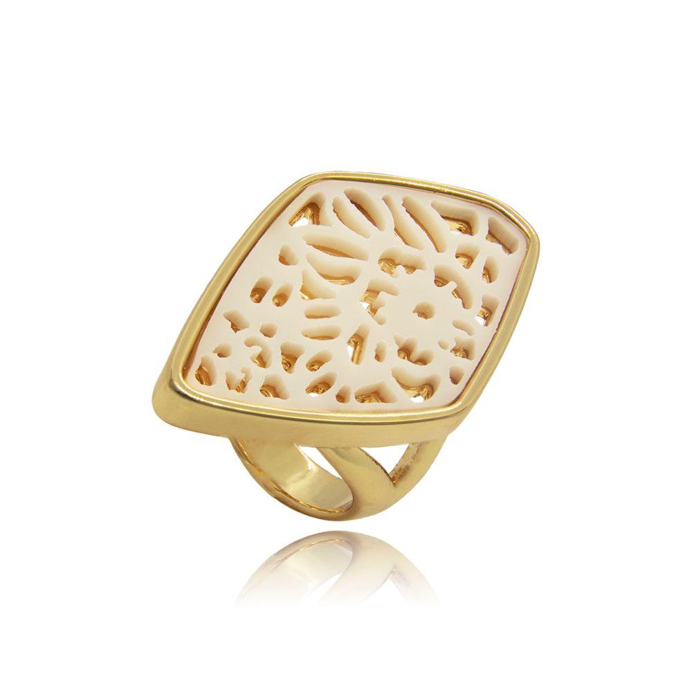 -anel-com-forma-losangular-assimetrica-com-detalhes-em-resina-vazado